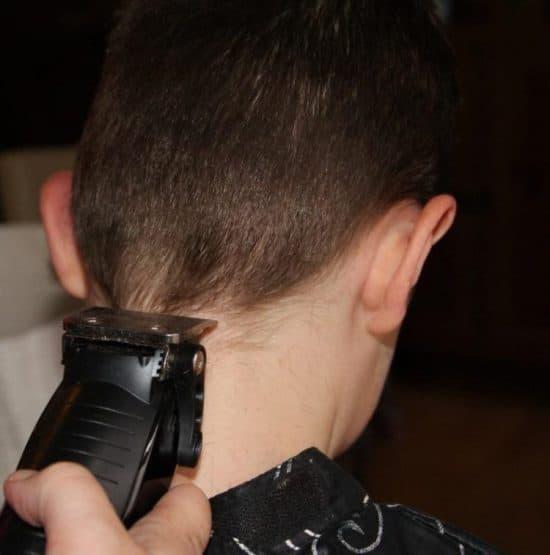Technique de coiffure homme avec tondeuse