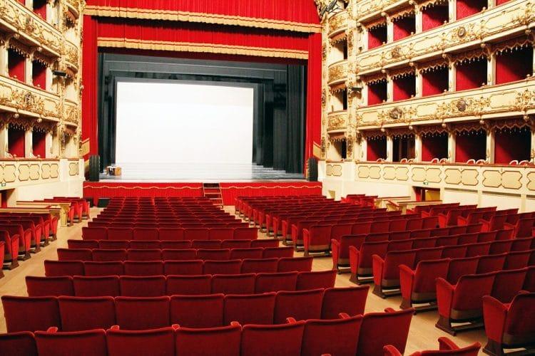 Salle de cinéma balcons