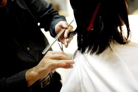 Coiffeuse à domicile = coupe de cheveux moins chère !