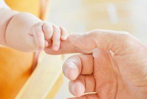 main bébé