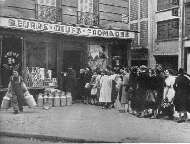 Queue devant un magasin pendant la seconde guerre mondiale