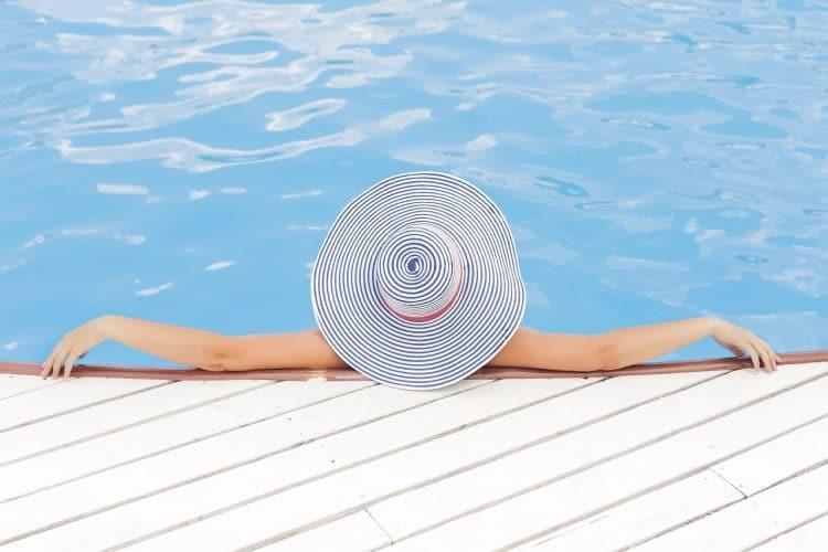 Femme se relaxant au bord de la piscine