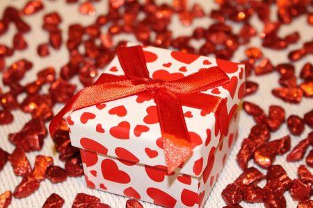 cadeau ruban rouge coeurs